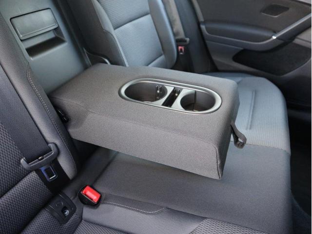 後部座席にもドリンクホルダー付きのアームレストが用意されています。