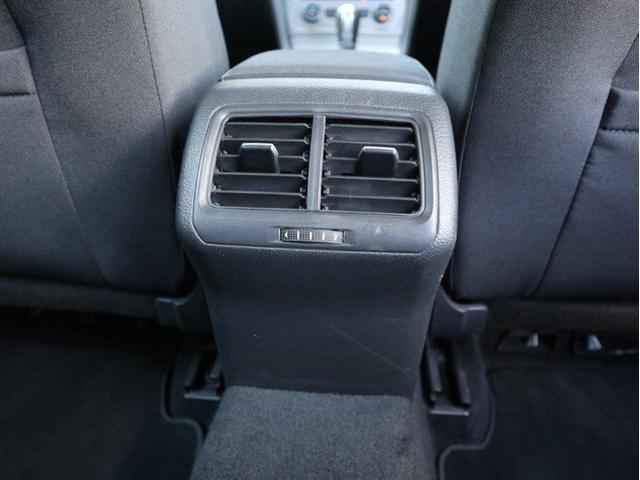 後部座席中央にもエアコンの吹き出し口が用意されています。