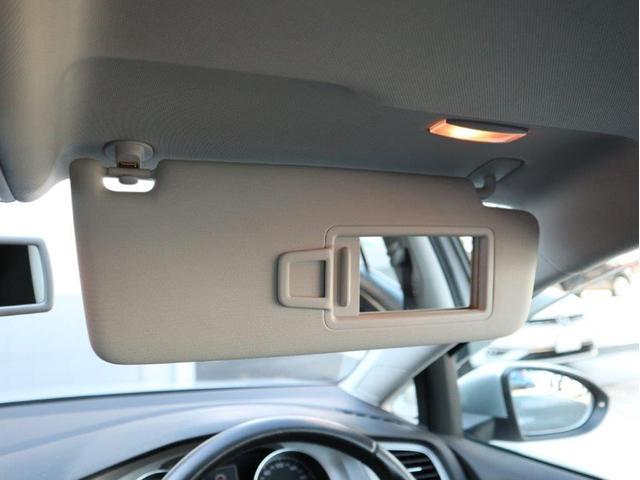助手席にも照明付きのバニティミラーが用意されています。