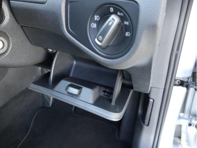 ヘッドライトスイッチ下に小物入れが用意されています。