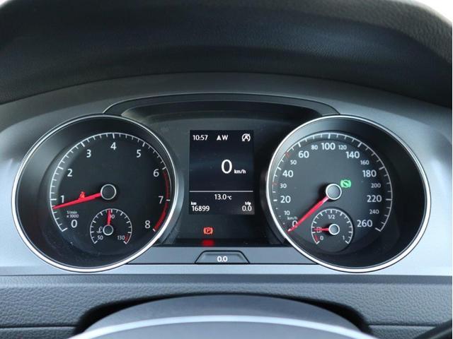 メーターパネル。中央ディスプレイに平均燃費や速度、走行時間などのドライビングデータを選択して表示できます。