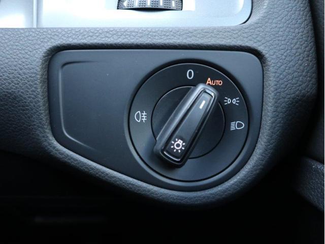 直感的な操作が可能なダイヤル式のヘッドライトスイッチを採用、オートライト機能付きでトンネルが続く道路でも手を煩わせません。