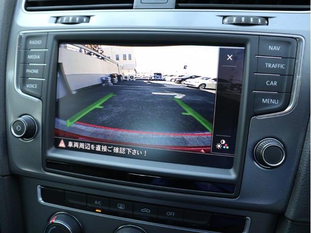 リバースにすれば後方画像に切り替わります。ガイドラインも表示され、車庫入れや縦列駐車の際の後方確認をサポートします。