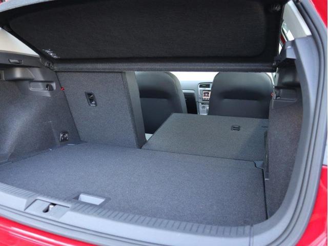 後部座席は60:40の分割可倒式です。積み荷の大きさや形状に合わせたアレンジが可能です。