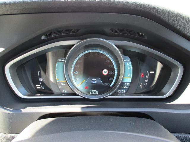 円形メーターの両脇にふたつの小さなゲージを配置する計器のアイディアは、高性能モーターサイクルから着想を得ました。