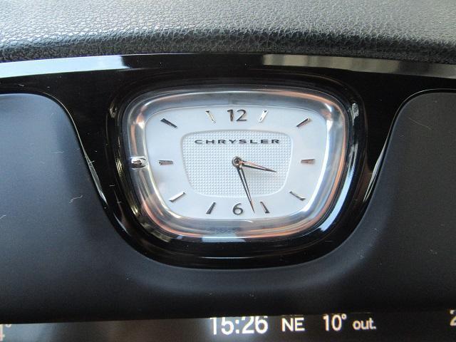高級車ならではのアナログ時計。