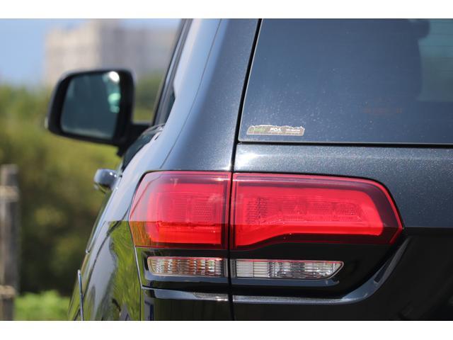 SRT8 黒革 アルカンターラSRT専用スポーツシート 8.4incワイドディスプレイ Brembo製ブレーキ パノラマサンルーフ harman kardon パワートランク SRT専用ワイドボディ(32枚目)