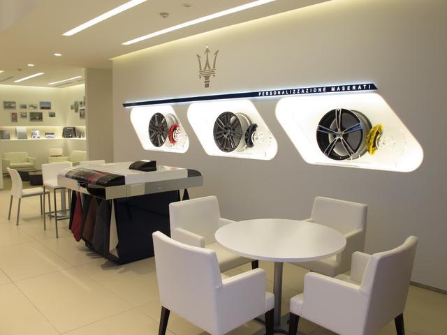 ショールームデザインは最新のマセラティCIを導入。洗練された白とブルーパフォーマンスを基調に、ラグジュアリースポーツブランドにふさわしいエレガントな空間を提供します。