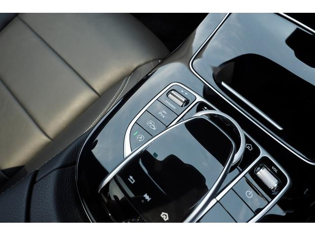 【パークトロニック】センサーにより障害物との距離を感知。 接近情報を光と音でドライバーに知らせ、狭い場所での取り回しをサポートします。