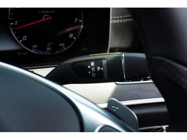 メルセデス・ベンツのボディ構造は、衝撃吸収スペースを十分確保することで万が一衝突してしまった際でも衝撃を瞬時に和らげます。 さらに頑丈なフレームがあり、人の乗車しているコックピットを守ります。