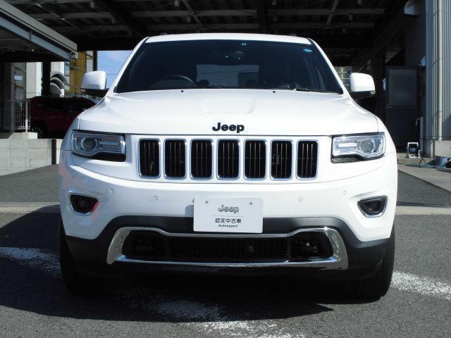 正面から見てJeepの特徴としてセブンスロットグリルはジープの車を象徴するデザインとなります。