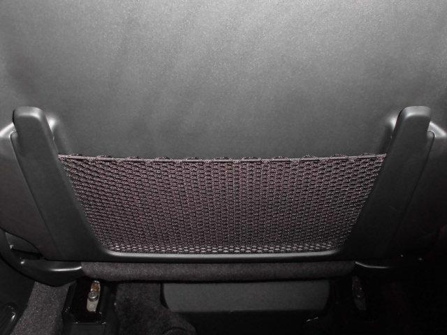 フロントシートの後ろには雑誌などを収納出来るスペースも御座います。