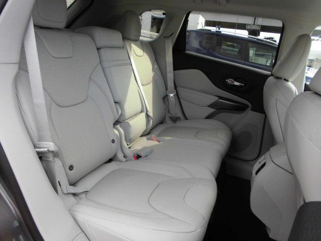 後席もゆったりとした空間が確保されており、長時間の運転も楽にお過ごし頂けます。