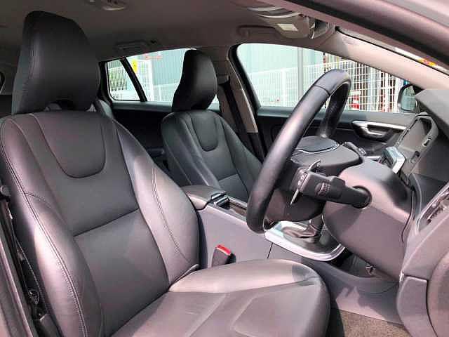 ボルボ ボルボ V60 D4 SE 当社社用車 インテリセーフ標準 ベージュレザー