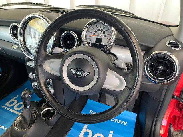 クーパー R56クーパー プッシュスタート ホワイトストライプ 純正オプション15インチアルミホイール チェッカーマット 新品MINIエンブレム イエローフォグライト ETC 禁煙車 修復歴無 正規ディーラー車(9枚目)