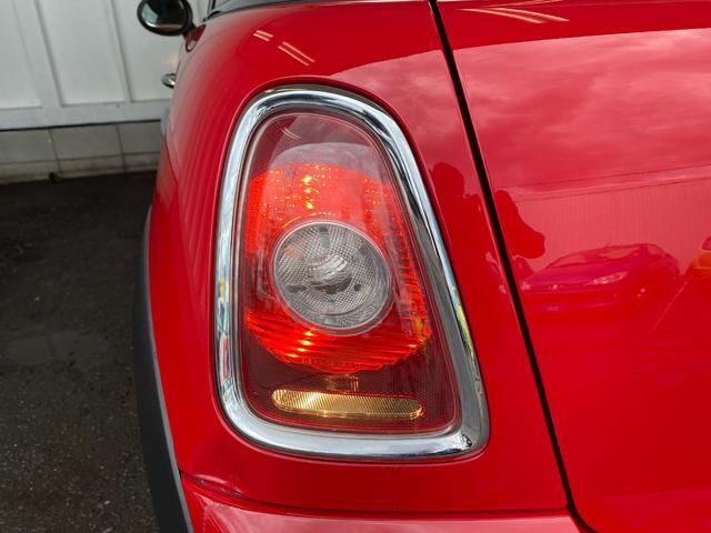 クーパー R56クーパー プッシュスタート ホワイトストライプ 純正オプション15インチアルミホイール チェッカーマット 新品MINIエンブレム イエローフォグライト ETC 禁煙車 修復歴無 正規ディーラー車(25枚目)