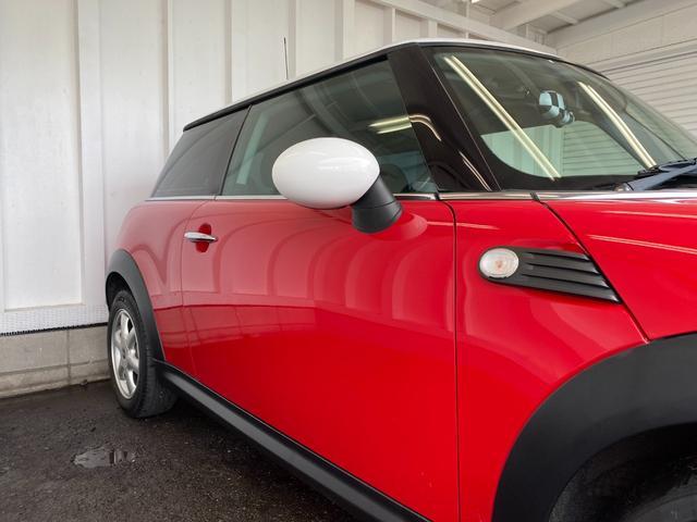 クーパー R56クーパー プッシュスタート ホワイトストライプ 純正オプション15インチアルミホイール チェッカーマット 新品MINIエンブレム イエローフォグライト ETC 禁煙車 修復歴無 正規ディーラー車(29枚目)