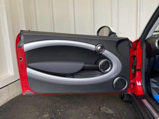 クーパー R56クーパー プッシュスタート ホワイトストライプ 純正オプション15インチアルミホイール チェッカーマット 新品MINIエンブレム イエローフォグライト ETC 禁煙車 修復歴無 正規ディーラー車(31枚目)