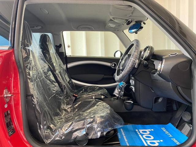 クーパー R56クーパー プッシュスタート ホワイトストライプ 純正オプション15インチアルミホイール チェッカーマット 新品MINIエンブレム イエローフォグライト ETC 禁煙車 修復歴無 正規ディーラー車(35枚目)