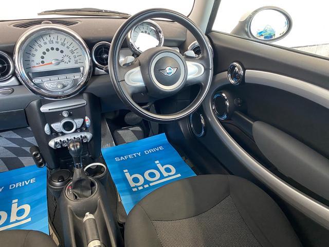 クーパー R56クーパー プッシュスタート ホワイトストライプ 純正オプション15インチアルミホイール チェッカーマット 新品MINIエンブレム イエローフォグライト ETC 禁煙車 修復歴無 正規ディーラー車(39枚目)