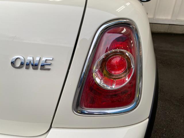 ワン R56後期モデル プッシュスタート 後期ビックバンパー 後期テールライト MINI新品エンブレム 本革ステアリング ETC 後期クーパ―用純正15インチホイール 事故歴無し 禁煙車 正規ディーラー車(26枚目)