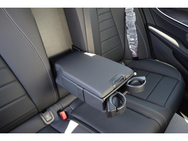 【リアアームレスト(未使用)】リアシートに装備されているアームレストはロングドライブを快適に過ごして頂けます。格納式ドリンクホルダーも御座います。