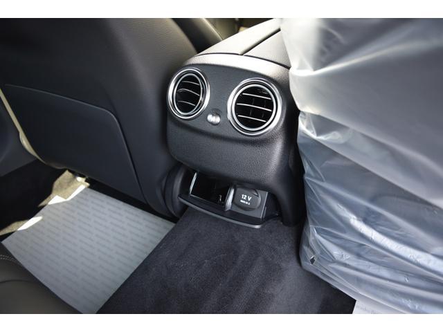 【リアシート(未使用)】リアシート足元は十分なスペースがあり乗り降りのし易さはもちろん、ドライブの際もストレス無くお乗り頂けます。また後部座席用に12V電源ソケットが御座います。