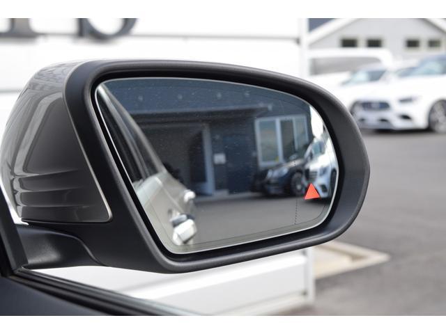 【ブラインドスポットアシスト】は車線変更時などドアミラーの死角となるエリアをモニタリングしてくれますまた他車がいる場合ドアミラーにランプが付き、さらに気付かずウィンカーを出すとブザーで警告してくれます