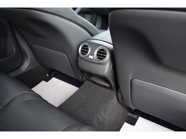 【リアシート】リアシート足元は十分なスペースがあり乗り降りのし易さはもちろん、ドライブの際もストレス無くお乗り頂けます。