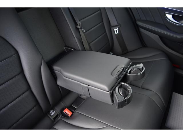 リアシートに装備されているアームレストはロングドライブを快適に過ごして頂けます。格納式ドリンクホルダーも御座います。