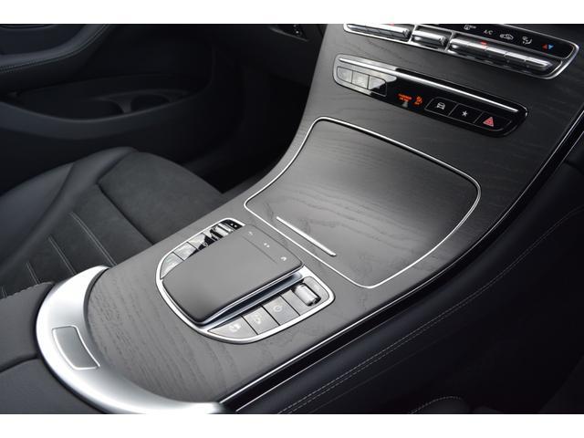 【センターコンソール】センターコンソールに配置されたコマンドコントローラーはドライバーが運転姿勢を崩さずに操作して頂けます。