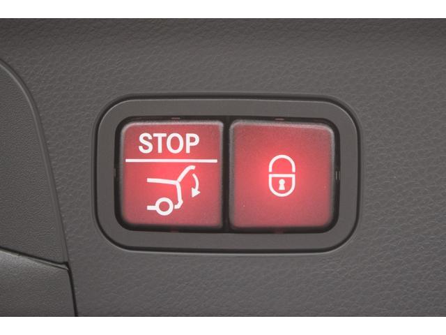 【自動開閉トランクリッド】運転席やリモコンキーのスイッチで自動開閉できるほか、トランクリッド部のスイッチでも閉めることが出来ます。また両手が塞がっていてもRバンパー下に足を入れることで開閉が行えます