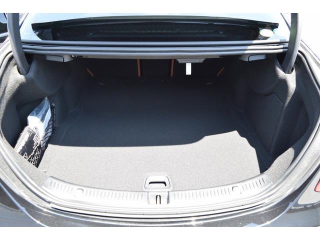 【トランクスペース】奥行きのあるフラットなトランクフロアと出っ張りの少ないトリム形状によりお荷物をたくさん積んで頂けます。トランクリッドアームはトリム内に収納されるため、荷物を押し潰すこともありません