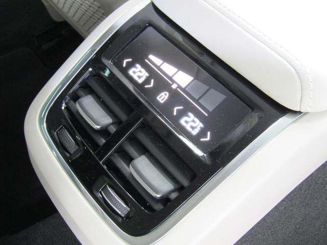 リアシート用のエアコンパネル。4ゾーンエアコンを搭載しております。それぞれの座席の方がお好みの温度に調節いただけます。