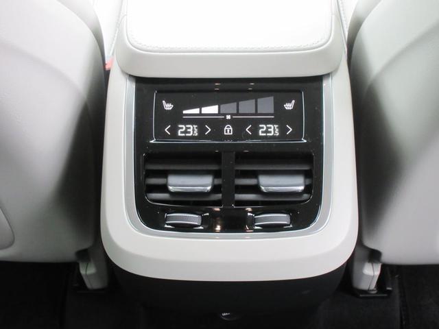 後席のエアコンはトンネルコンソールの後部に美しく設置されたタッチコントロールパネルで操作できます。