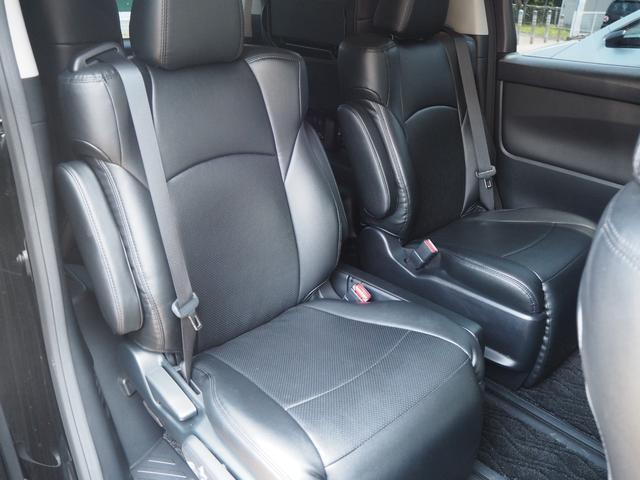 ゆったりと座れるリアシートです。足元スペースも広々としていて、乗り心地もとてもいいです。