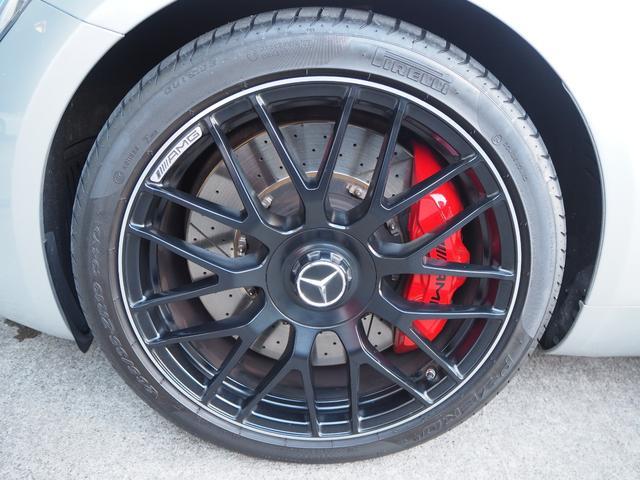 フロントタイヤサイズは265/35/19となっております。
