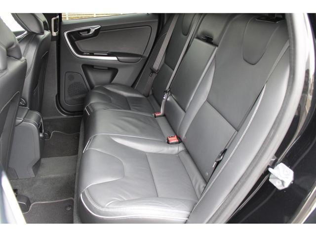 リアシートの空間も広く、長距離移動しても後席の人もリラックスして過ごすことができます。XC60は天井が高いので空間が広くリラックスできます。