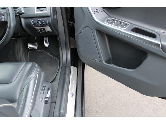 R-DESIGN専用リアバンパーには、専用デュアルスポーツテールパイプが装着され、マフラーエンドを飾ってくれています。マフラーエンドも綺麗な状態です。