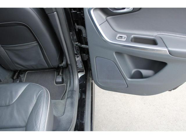 運転席ドアステップ部分も綺麗な状態です。R-DESIGN専用フロントドアスカッフプレートも綺麗な状態です。