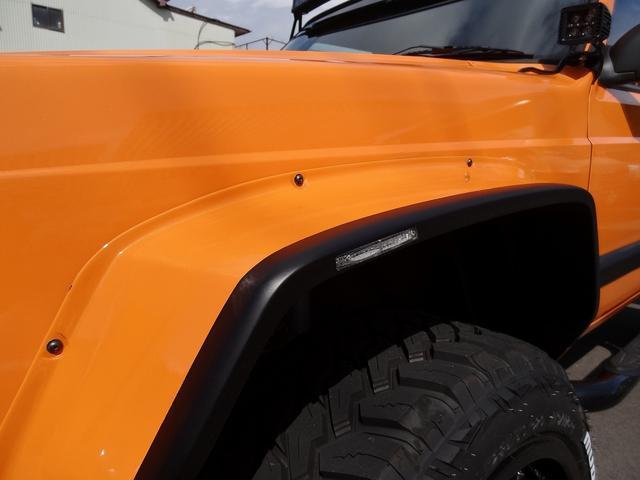 オーバーフェンダーにはLEDウインカーが埋め込まれています。細部にわたり拘って制作したパーツ類になります。CALL・058-201-4668までお気軽にお問合せ下さい。