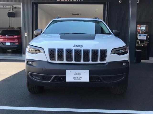 Jeepならではのセブンスロットグリルで遠くから見てもJeepと分かるデザインとなります。