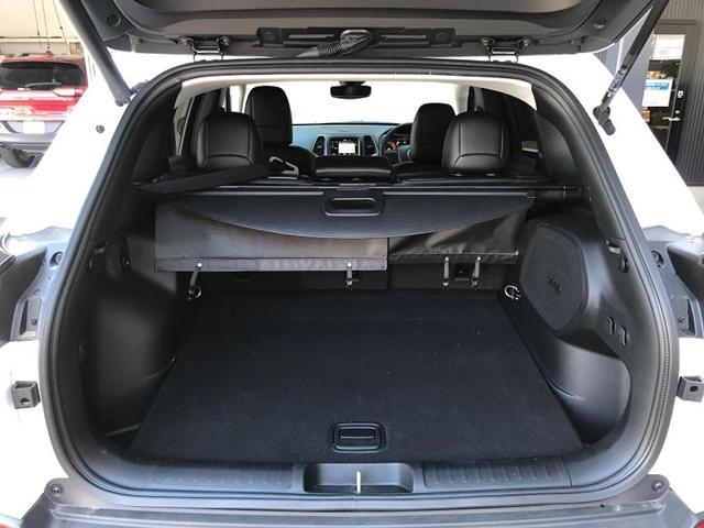 ラゲッジルームは広々としており大きなお荷物もお載せ頂けます。また、可倒式リアシートとなっておりますのでお荷物に合わせてシートアレンジが可能です。
