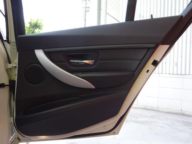 320d Mスポーツ 後期モデル ローダウン 純正19インチAW LEDヘッドライト 黒革シート シートヒーター インテリジェントセーフティ 純正ナビ バックカメラ(22枚目)