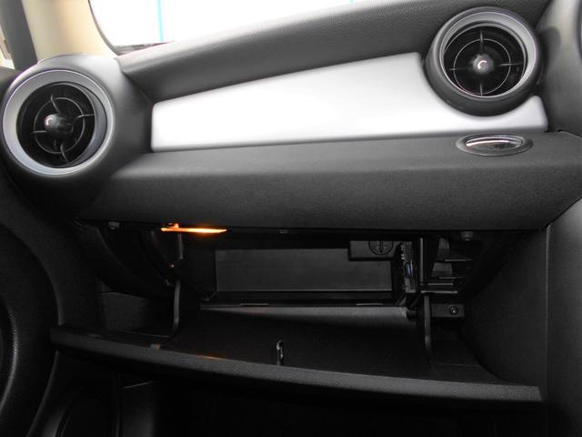 クーパー 後期型 6速AT 2DINナビ バックカメラ 禁煙車 地デジTV ルーフバイザー USB/AUX接続ケーブル ボンネットストライプ メタリックペイント ウィンドウフィルム施工済 純正15AW 2017年製タイヤ4本 クロームラインエクステリア(17枚目)