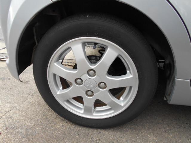 アルミホイール付!鉄ホイールと違って軽いので燃費にも影響してきます。ガソリンの高騰に少しは貢献します!あと単純に足元がきまります。愛知 大治 格安 軽四 中古車 ジーフリー G-FREE