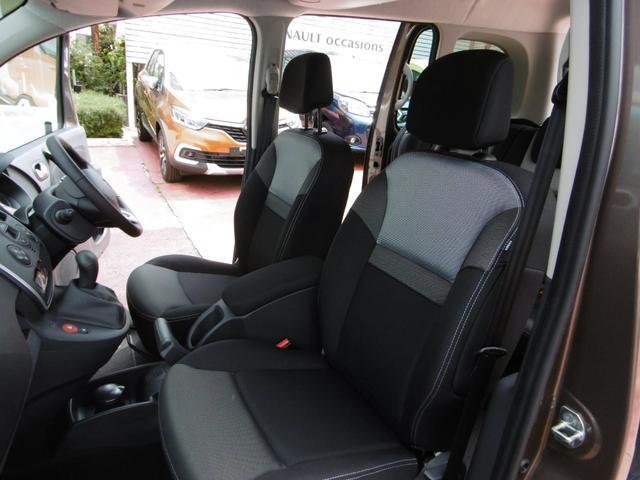 厚みのあるシートは、長時間のドライブでも疲労の少ない優れた形状になっています。