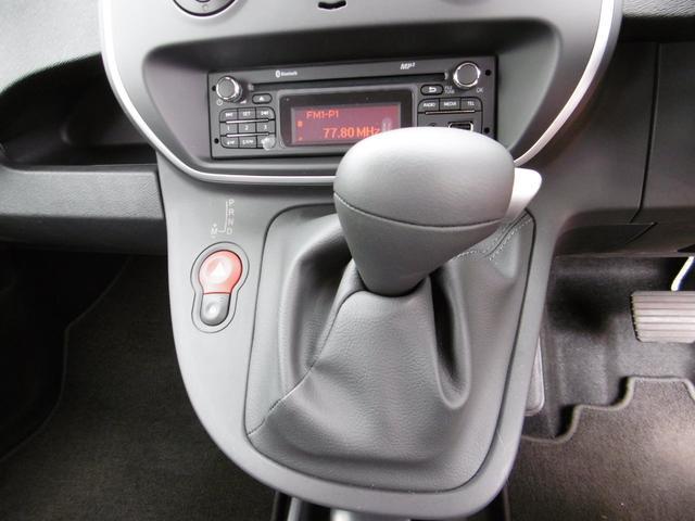 6速EDC(マニュアルモード付)は2組のクラッチシステムで、エンジンからの出力をスムーズかつ効率よく路面に伝えます。