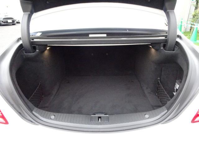 ラゲッジルームの容量は、非ハイブリッドモデルと事実上変わらない490リッター!電動トランクも装備されています!