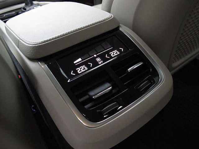 後部座席での温度設定や風量などのエアコン設定が独立して可能です。